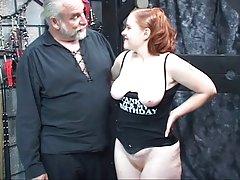 Redhead apskretėlė kirsten sucks savo magistro Gaidys tada gauna pakliuvom ir spanked