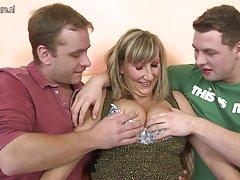 Busty karšto threesome su jaunų berniukų mamos