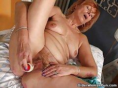 redheaded močiutė susan dulkina savo gauruotas pūlingas Dildo