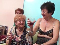 senų ir jaunų lesbiečių atlikti kambarys pilnas brandaus