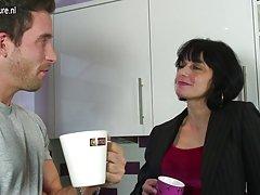 Karšto britų motina gauna šūdas savo virtuvėje
