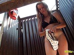 mergina su gauruotas pūlingas užmaskuoti maudymosi kostiumėlį
